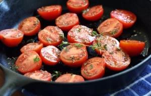 gusseiserner-topf-tomaten